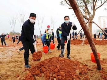景德镇市领导到学院新校区开展义务植树活动